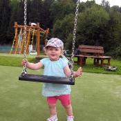 Na dětském hřišti v Rokytnici