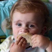 Jak se baští chleba s pomazánkou.