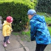 A babička nám schovala kolegu někde na zahradě...