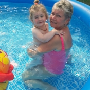 Hurá, už funguje bazének u babičky
